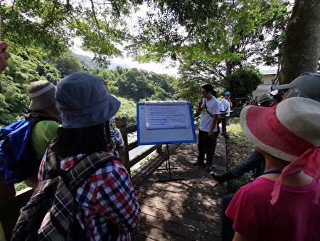 九河局副總工程師林正瑜針對鱉溪改善工程做簡報,如生態田區主要以台灣特有的鯉科小型魚為主,田間精靈 「菊池氏細鯽」為考量。