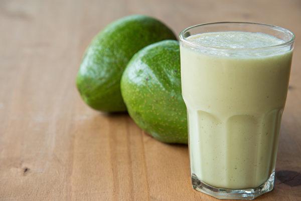 将酪梨切片蘸酱油吃或是做成酪梨牛奶都是常见的吃法。(Shutterstock)