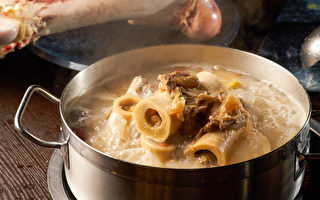 喝大骨汤能补钙、预防骨质疏松吗?(Shutterstock)