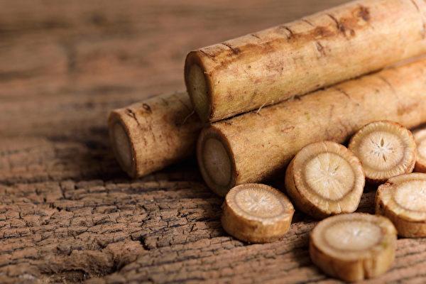 牛蒡被稱為「回春食材」,有清理腸道、抗衰老的益處。(Shutterstock)