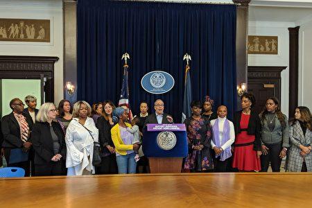 紐約市主計長斯靜格21日召開記者會,指出家庭暴力是造成遊民無家可歸的主要因素。