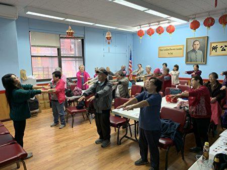 """""""华埠退休居民社区服务""""在中华公所举办讲座介绍如何防范胃癌,教听众平时多做运动。"""