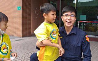 幼兒戴自製警帽  快樂參觀警分局