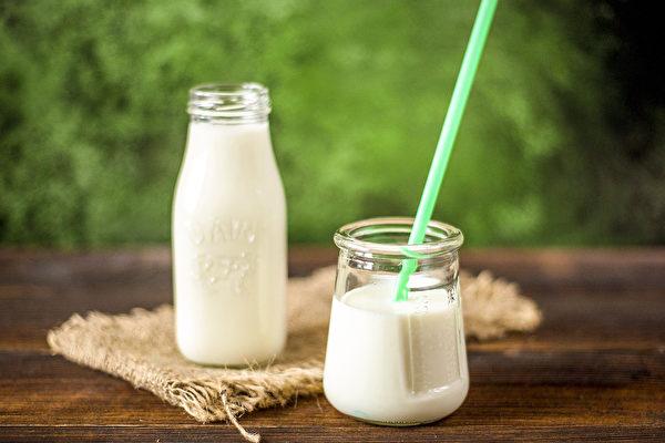 年長者應該要持續補鈣,如果中斷,鈣質流失將更嚴重。(Pixabay)