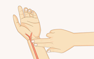 给自己把脉,脉搏出现特定反应代表感冒前兆。(Shutterstock)