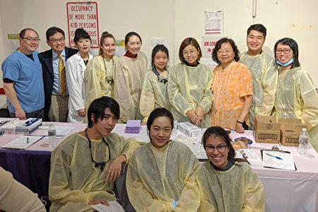 圖為紐約大學牙醫學院副教授蘇逸瑛(後排右三)與學生們合影。