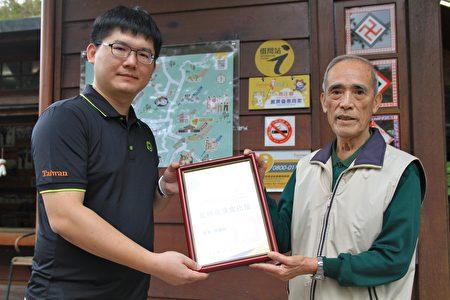 瓦祿產業文化館榮獲借問站標誌,林德昌代表接受。