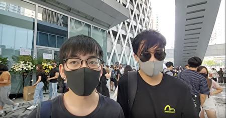 參加陳彥霖悼念活動的兩名男生接受採訪。(駱亞/大紀元)