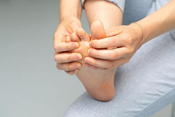 扁平足、足底筋膜炎等不同足部問題如何挑選鞋子?(Shutterstock)