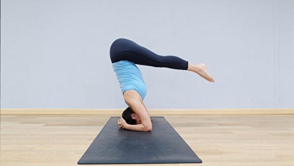 做头倒立时,聚集在下肢的淋巴液和水分便会从下肢往头部方向回流,从而消除水肿。(Shutterstock)