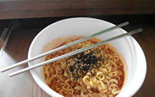 常以泡面等现代食物果腹但缺乏重要营养素的饮食方式,已造成东南亚数千万名儿童瘦得不健康或过重。(Pixabay)