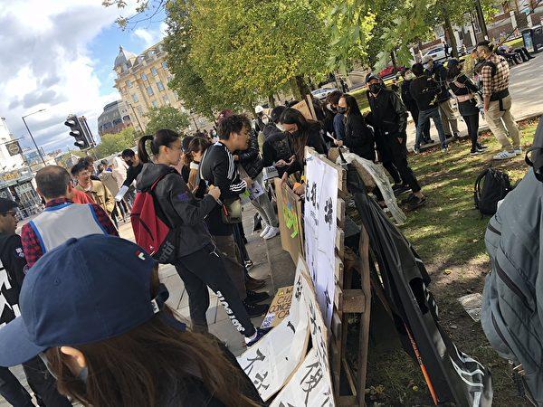 10月6日,港人在布里斯托的College Green舉行集會,圖為路人簽字支持港人的民主訴求。(李稷/大紀元)