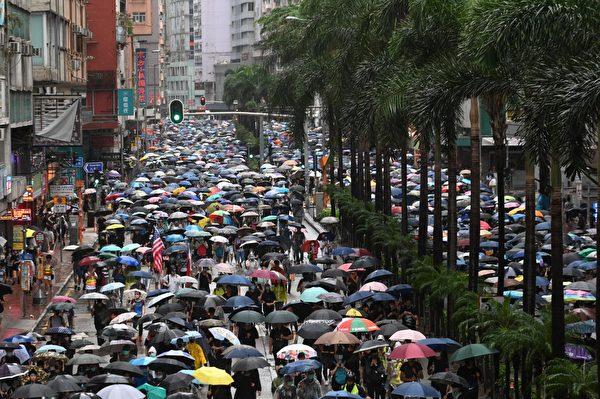 圖為10月6日港人抗議港府通過《禁蒙面法》發起的遊行。(文瀚林/大紀元)