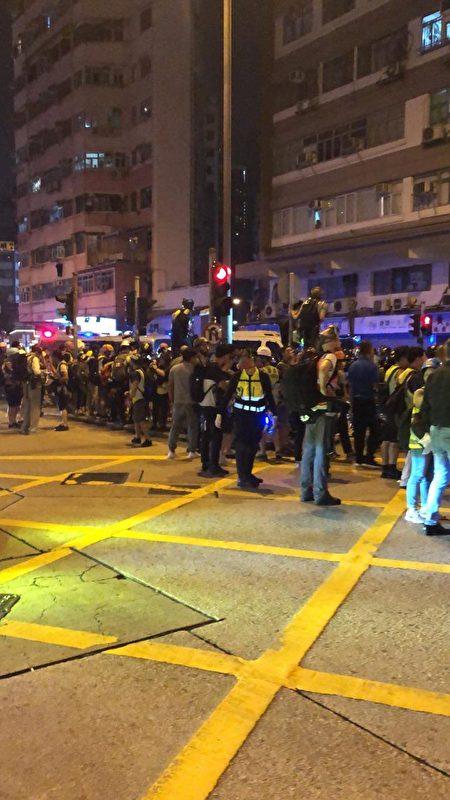太子站,警方和市民對峙。(楊家豪/大紀元)