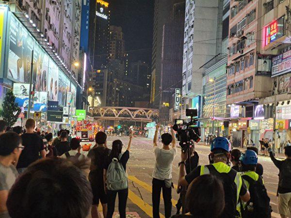 10月1日入夜,香港銅鑼灣仍有很多市民聚集,港警在驅散示威的民眾。 (孫明國/大紀元)