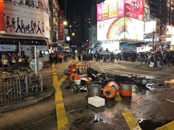 10月4日入夜,槍擊後的元朗大馬路。(余天祐/大紀元)