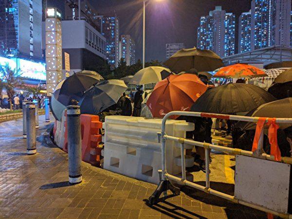 10月4日入夜,黃大仙仍有大批民眾聚集,與警察對峙。(黃曉翔/大紀元)