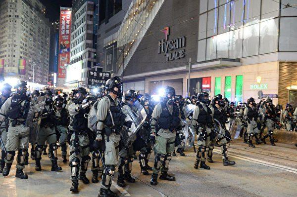 10月4日入夜,銅鑼灣大批警察聚集,驅趕民眾。(宋碧龍/大紀元)