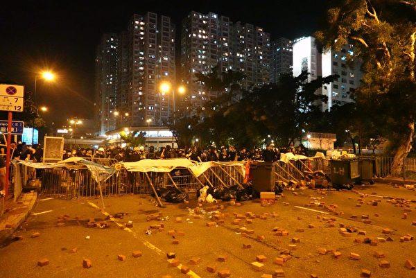 沙田:源禾街抗爭者設置路路障,阻止警察。(余鋼/大紀元)