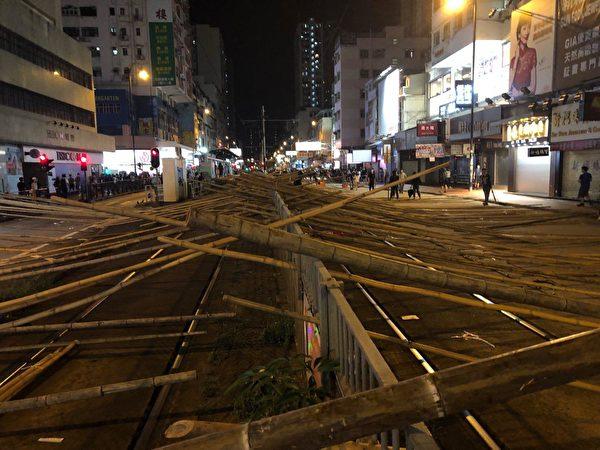 元朗大馬路,抗爭者設置路障,阻擋警察。(余天祐/大紀元)