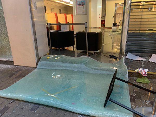 10月4日入夜,深水埗中國銀行的門廳被損毀。(葉依帆/大紀元)