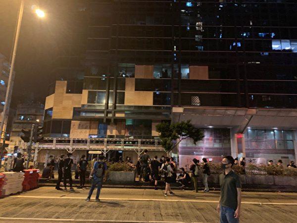 10月4日入夜,深水埗仍有大批民眾在街上。(葉依帆/大紀元)