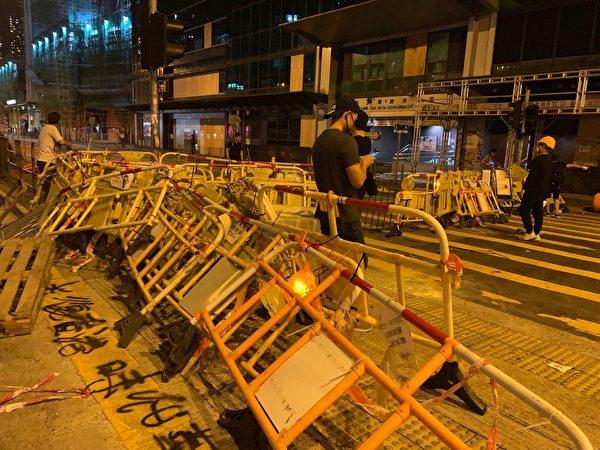 10月4日入夜,深水埗仍有大批民眾在街上,示威者設置路障。(葉依帆/大紀元)