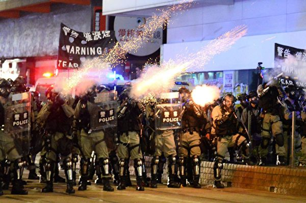 10月4日入夜,銅鑼灣警察狂射催淚彈,驅趕民眾。(宋碧龍/大紀元)