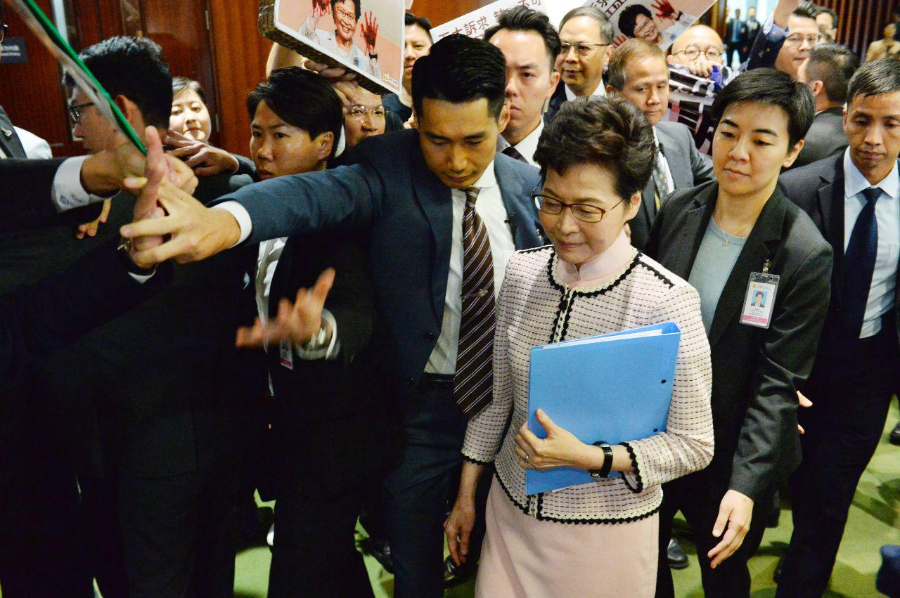 林鄭施政報告被轟「下台」 兩度中斷改視像發表