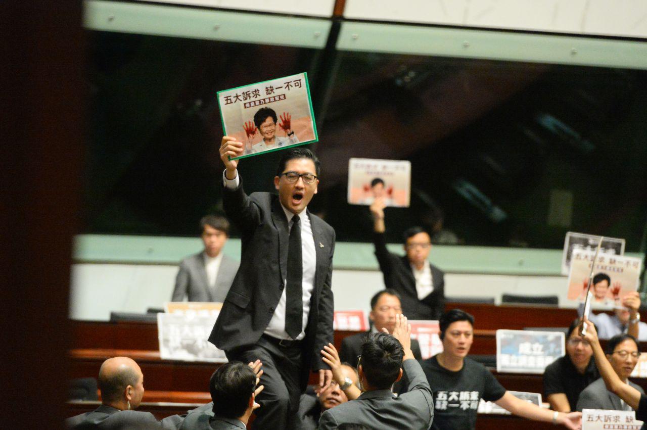 2019年10月16日,民主派議員林卓庭在林鄭月娥施政報告會上高喊「林鄭下台」。(宋碧龍/大紀元)