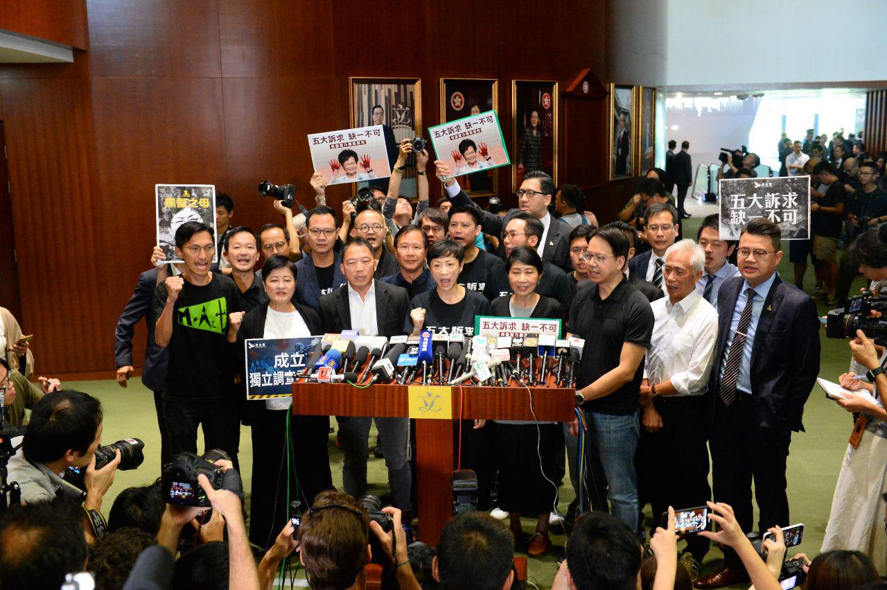 2019年10月16日,立法會休會後,民主派議員隨即召開記者會,譴責特首林鄭月娥。(宋碧龍/大紀元)