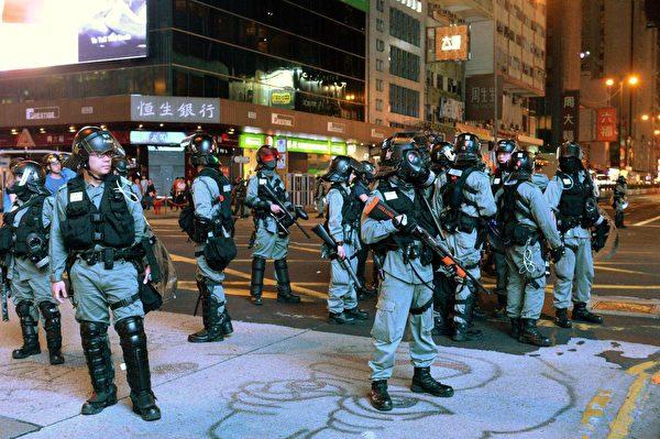 10月31日旺角彌敦道駐守大量防暴警察。(宋碧龍/大紀元)