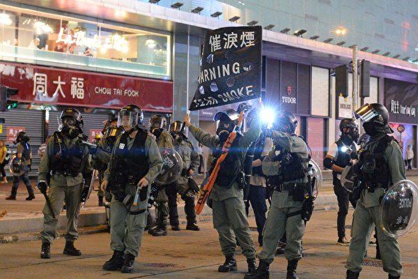 10月31日太子和旺角都封街抓人。旺角黑旗警告。(宋碧龍/大紀元)