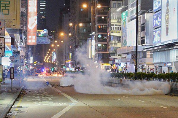 10月31日太子和旺角都封街抓人。警察發射催淚彈驅趕民眾。(宋碧龍/大紀元)