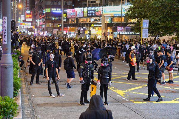 10月31日,太子彌敦道晚上聚集大量抗爭者。(宋碧龍/大紀元)