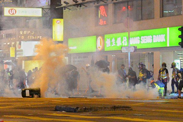 10月31日,太子彌敦道晚上聚集大量抗爭者。警方發射催淚彈驅散。(宋碧龍/大紀元)