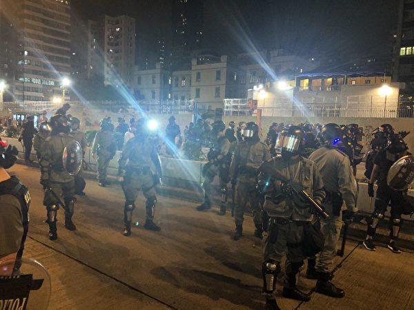10月31日入夜,大量防暴警察出現太子彌敦道。(宋碧龍/大紀元)