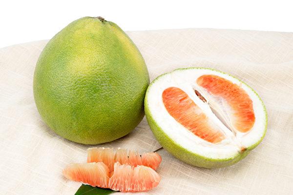 紅柚比白柚多了一種成分,更有助於抗氧化。(Shutterstock)