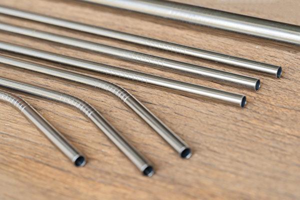 不锈钢吸管细长又硬,应避免插着吸管边走边喝,以防发生意外伤到口腔。(Shutterstock)