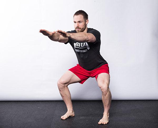 深蹲到全深度且腳趾向前,運動員必須有足夠的骨盆/核心控制能力。(采實文化提供)