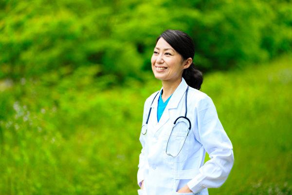 山口麻子医师认为,不使用合成洗发精、化妆品等,保持素颜对头发和皮肤最好。示意图。(Shutterstock)