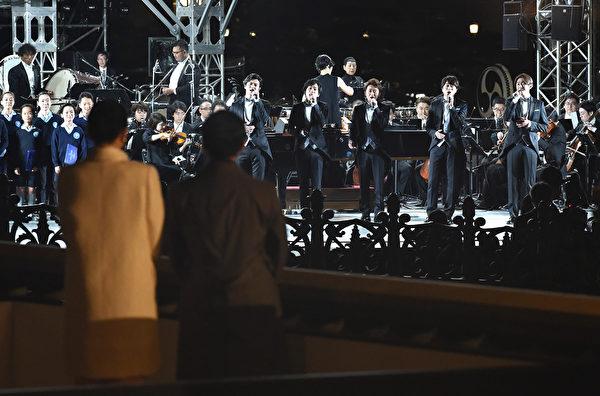 2019年11月9日,日本新王德仁偕同王后雅子參加「國民慶典」。他們在欣賞當晚的表演。(Kazuhiro NOGI/POOL/AFP)