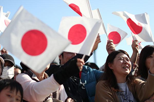 2019年11月10日,日本新王德仁偕同王后雅子參加「祝賀御列之儀」,受到許多民眾夾道歡迎。(Behrouz MEHRI/AFP)