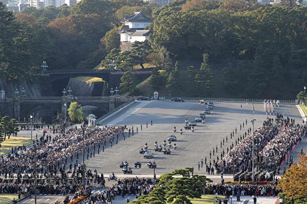 2019年11月10日,日本新王德仁偕同王后雅子參加「祝賀御列之儀」。他們乘坐敞篷車在東京市區巡遊。(STR/JIJI PRESS/AFP)