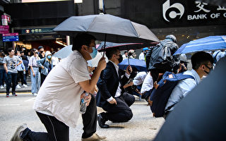不满港府对诉求回应 香港白领加入抗议