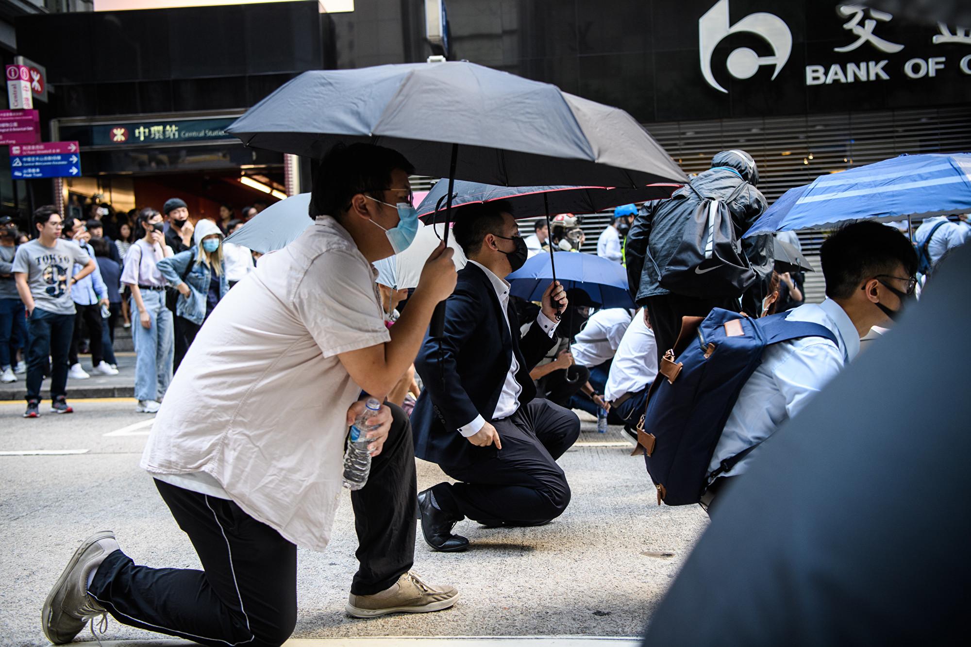 不滿港府對訴求回應 香港白領加入抗議
