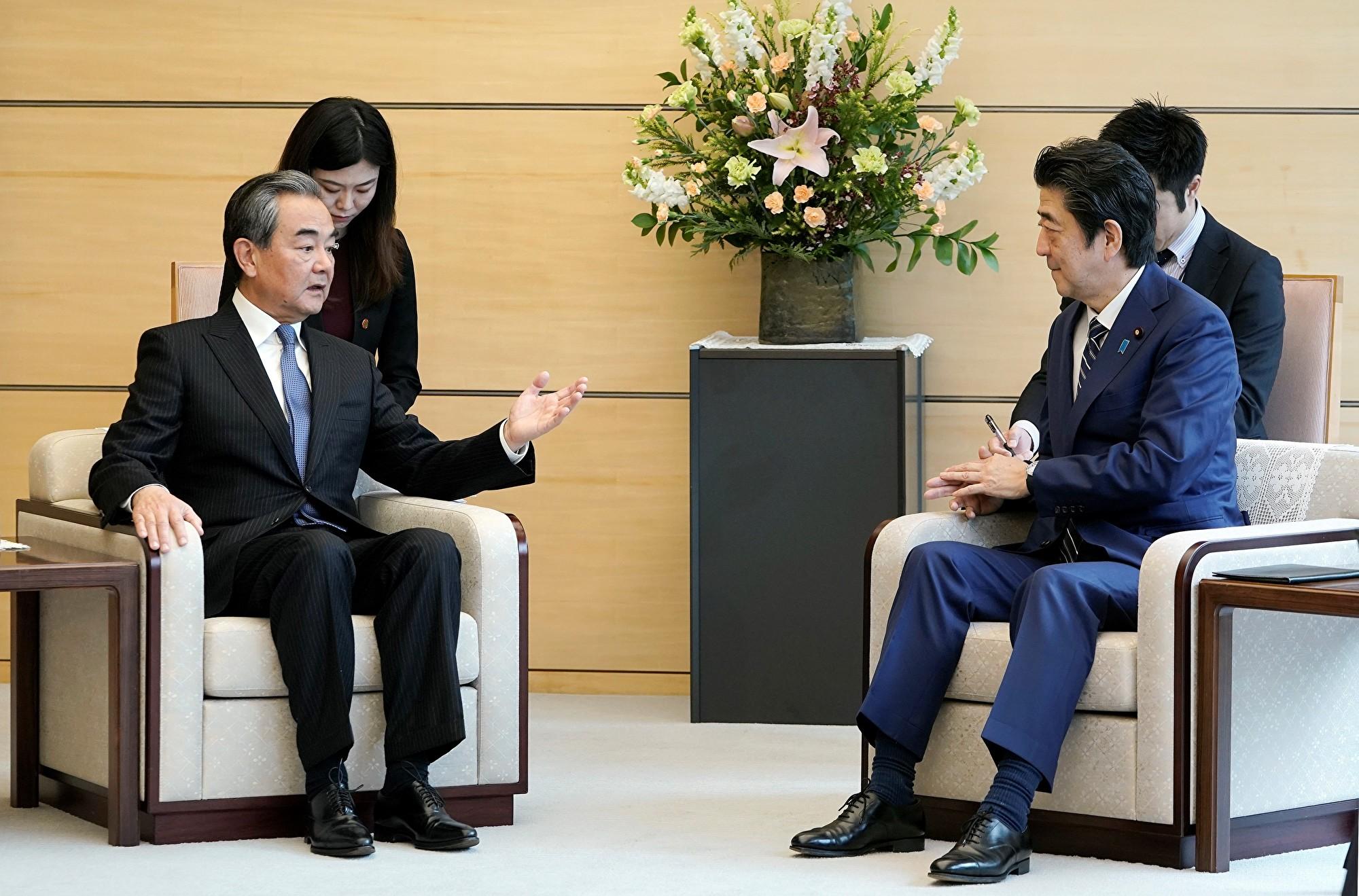 日本首相安倍晉三在與中共外交部長王毅會面期間,督促中方保持香港的自由開放。(Kimimasa MAYAMA/POOL/AFP)