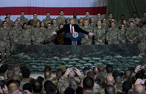 2019年11月28日,特朗普突訪阿富汗,在軍事基地為美軍講話。(Olivier Douliery / AFP)