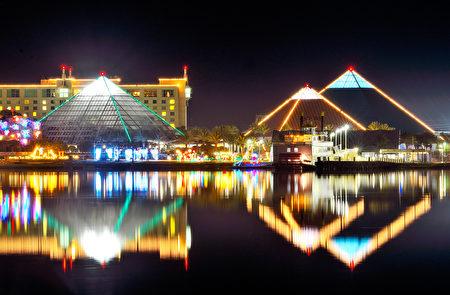 穆迪花園Moody Gardens今冬將繼續舉辦冰雕展,圖為在節日燈展中,Moody Gardens三座金字塔型的展廳夜景。