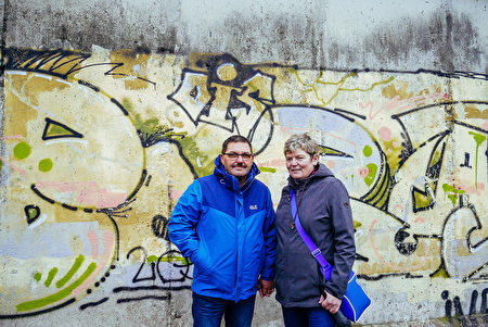 特策爾夫婦參觀柏林圍牆遺址公園。(穆華/大紀元)